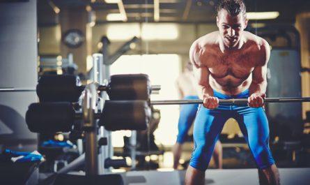 mezczyzna trenuje biceps