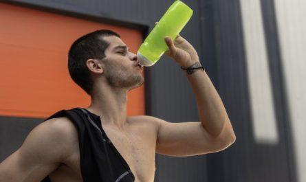mezczyzna pije kreatyne po treningu