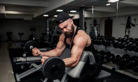 trening bicepsow na modlitewniku