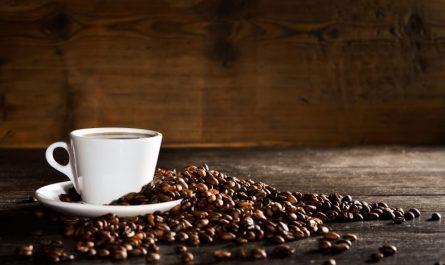 filizanka z kawa i ziarna kawy