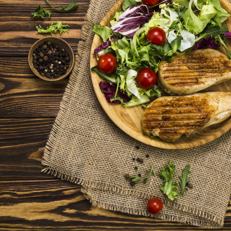 talerz z warzywami i pieczywem