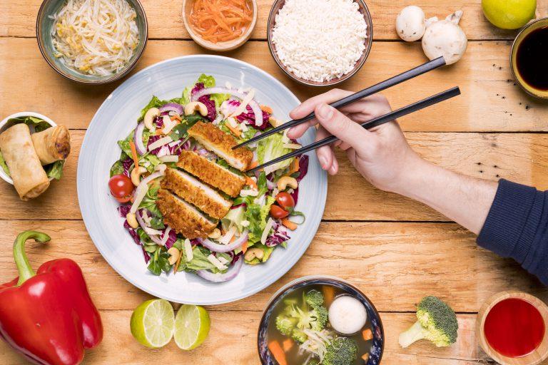 zdrowe jedzenie na drewnianym stole