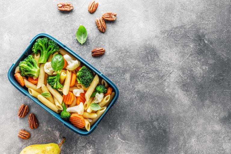 zdjęcie-pudełka-z-warzywami-i-makaron-od-góry