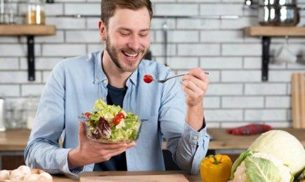 mężczyzna je warzywa
