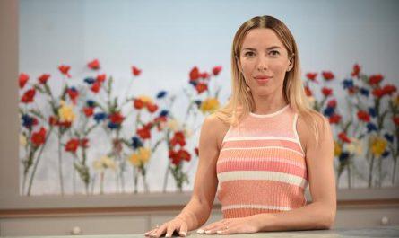 ewa chodakowska siedzi w studio