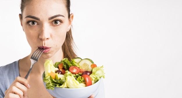 kobieta je salatke z diety 1200 kcal