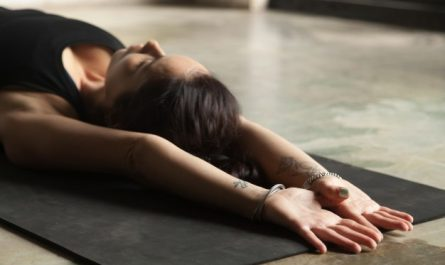 kobieta wykonuje cwiczenia na proste plecy