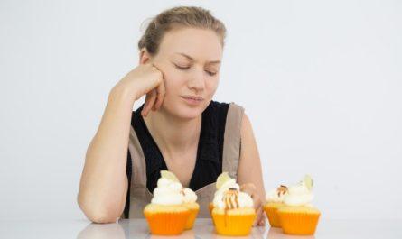 kobieta chce przestac jesc slodycze i walczy zeby nie zjesc slodyczy