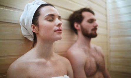 kobieta i mezczyzna w saunie