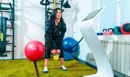 kobieta uprawia trening EMS z kettlebellem
