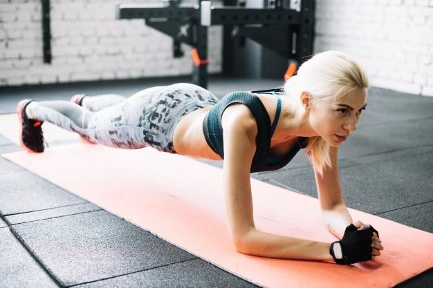 mezczyzna wykonuje cwiczenie plank