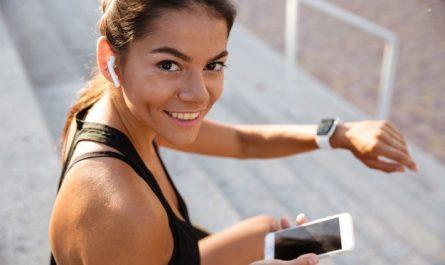 kobieta z zegarkiem do biegania