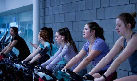 kobiety na rowerkach stacjonarnych na silowni