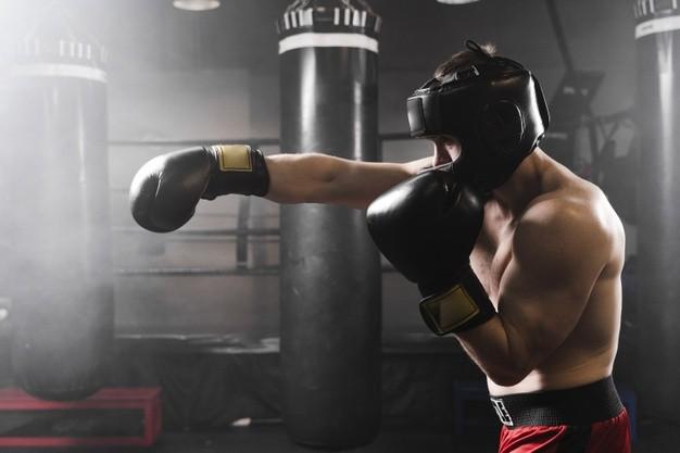 bokser trenuje ciosy na treningu bokserskim