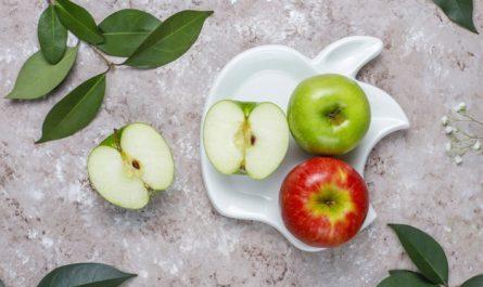 jablka na talerzu