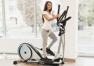 kobieta trenuje na stepperze w stroju treningowym