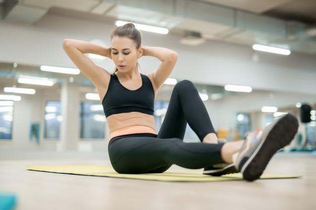 kobieta trenuje na sali treningowej