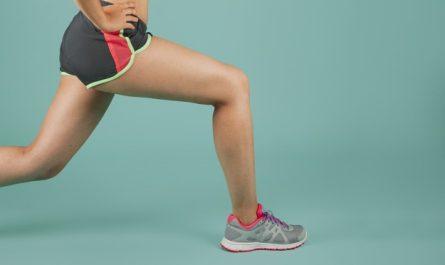 kobieta w stroju sportowym trenuje nogi