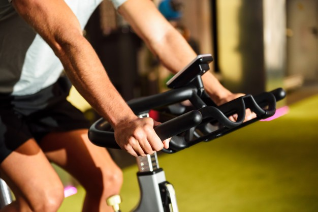 Spinning – na czym polega ten trening? Efekty oraz plan treningu