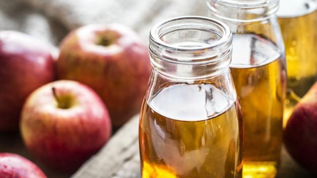 Ocet jabłkowy na odchudzanie – czy warto stosować? Efekty, dawkowanie oraz skutki uboczne