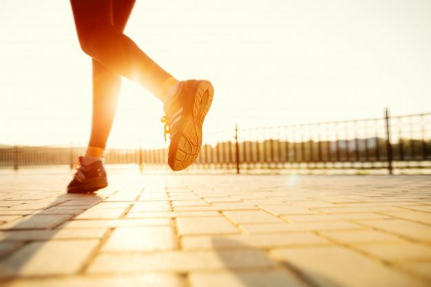 Bieganie na czczo czy po śniadaniu – co jest lepsze? Fakty i mity