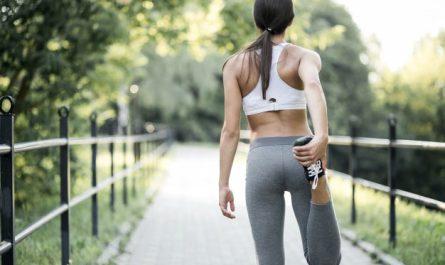 kobieta rozciaga sie po bieganiu