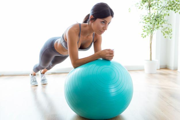kobieta uprawia body ball