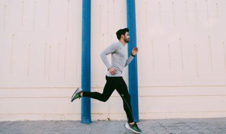mezczyzna uprawia jogging w miescie