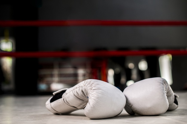 rekawice bokserskie na ringu
