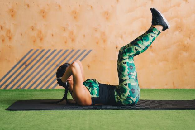 10 skutecznych ćwiczeń na brzuch i boczki – wyrzeźbij swoje ciało na lato!