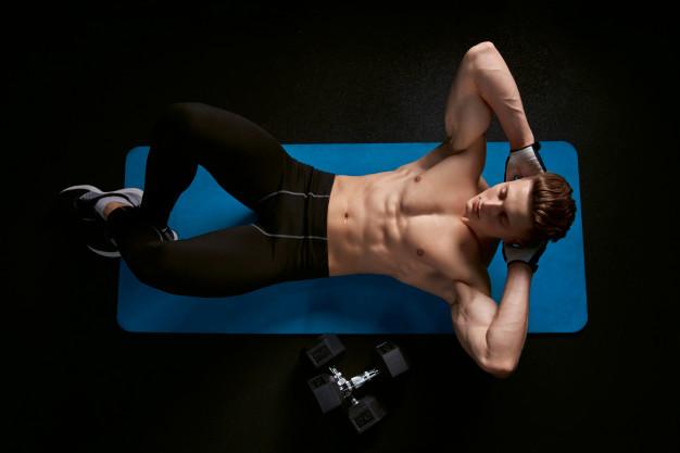 mezczyzna robi cwiczenia na miesnie brzucha