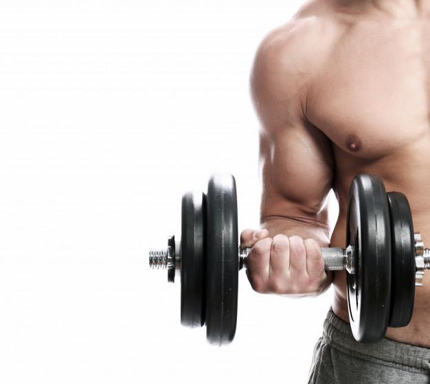 mezczyzna trenuje biceps z hantlem