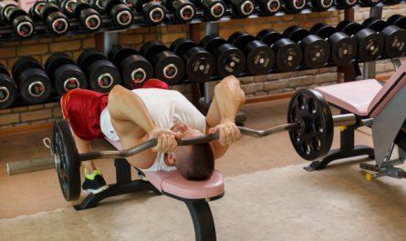 mezczyzna trenuje triceps na silowni