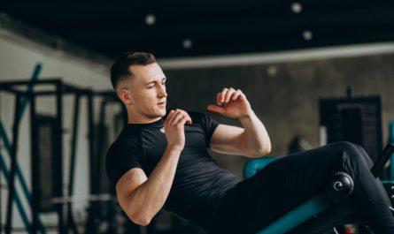 mezczyzna wykonuje trening miesnie brzucha