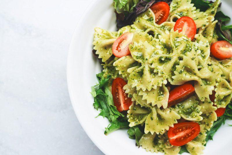 zdrowa salatka makaronowa