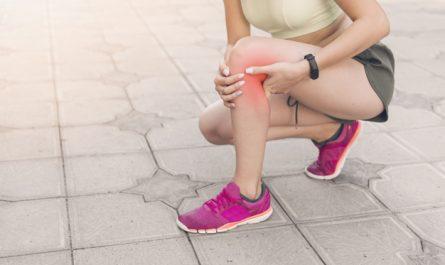 Stawy są niebywale ważne dla naszej kondycji fizycznej, nawet dla zwykłego codziennego ruchu. Problemy z nimi mogą być spowodowane wieloma rzeczami, od za dużego obciążenia, po niedobory składników odżywczych. Zobacz 10 najlepszych produktów na wzmocnienie stawów! 10 najlepszych produktów na wzmocnienie stawów Obniżona sprawność ruchowa, czy ból stawów to poważna sprawa, która może utrudniać codzienne funkcjonowanie. Ten problem dotyka wielu osób, aczkolwiek z wiekiem dochodzi do jeszcze innych trosk, między innymi do ubytku mazi stawowej. Aby zmniejszyć te dolegliwości i niepożądane skutki potrzebujesz produktów na wzmocnienie stawów. Poniżej znajdziesz listę 10 najlepszych:  oliwa z oliwek – ma ona w sobie sporo kwasów omega-3, a także antyoksydanty. To źródło witaminy A, E, D i K. Nic dziwnego, że ten tłuszcz jest polecany dla dzieci podczas wzrostu kości! Najlepiej wybrać typ extra virgin z pierwszego tłoczenia bądź virgin.  Imbir aromatyczne i rozgrzewające zioło o właściwościach przeciwzapalnych. Przy regularnym stosowaniu możemy zmniejszyć bóle stawowe, a także polepszyć ich stan. Co ważne ten składnik w dużej dawce rozrzedza krew, dlatego w przypadku przyjmowania leków na krzepliwość trzeba skonsultować jego spożycie z lekarzem.  Brokuły, kapusta oraz kalafior – te warzywa z rodziny krzyżowych spowalniają proces rozwoju chorób stawów. Do tego skrywają w sobie sporo witamin, mikroelementów oraz błonnika.  Żelatyna – według niektórych naukowców kolagen zawarty w tej substancji pozytywnie działa na stawy i kości, inni twierdzą, że nie. Mimo wszystko to tani składnik, który znajdziesz w galaretkach owocowych lub mięsnych, tudzież w żelkach. Z pewnością nie zaszkodzi!  Witamina C – jej niedobór w organizmie mocno przyczynia się do problemów ze stawami. To wręcz niezbędny składnik do produkcji kolagenu. Sięgnij zatem po suplementacje lub po produkty spożywcze, takie jak natka pietruszki, brokuł, papryka, kapusta i szpinak. To największe źródła witaminy C!  Witamin