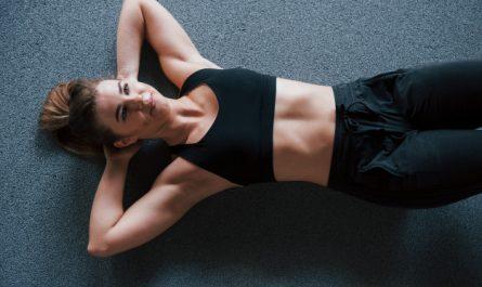kobieta trenuje brzuch