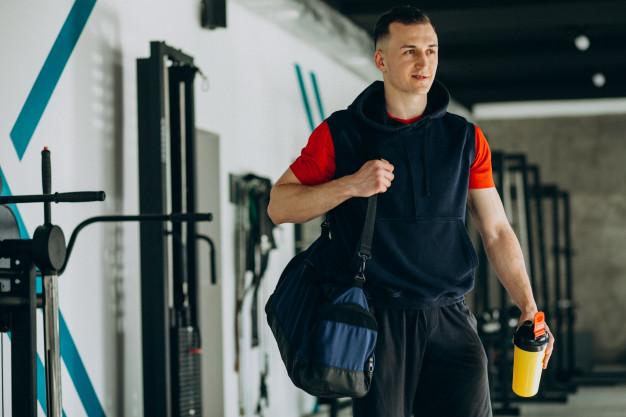 10 najważniejszych rzeczy, które musisz zabrać ze sobą na siłownię