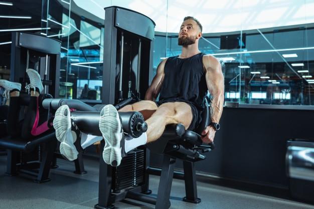 mezczyzna wykonuje trening push pull legs