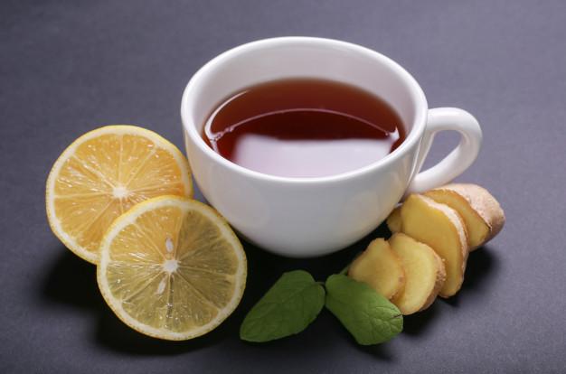 czerwona herbata w bialym kubku
