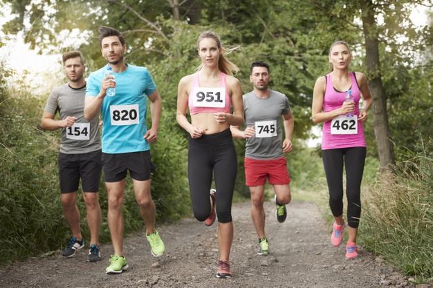 biegacze w trakcie maratonu
