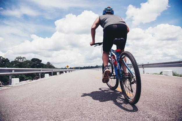mezczyzna jedzie na rowerze