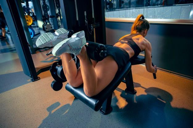 kobieta cwiczy wewnetrzna strone ud