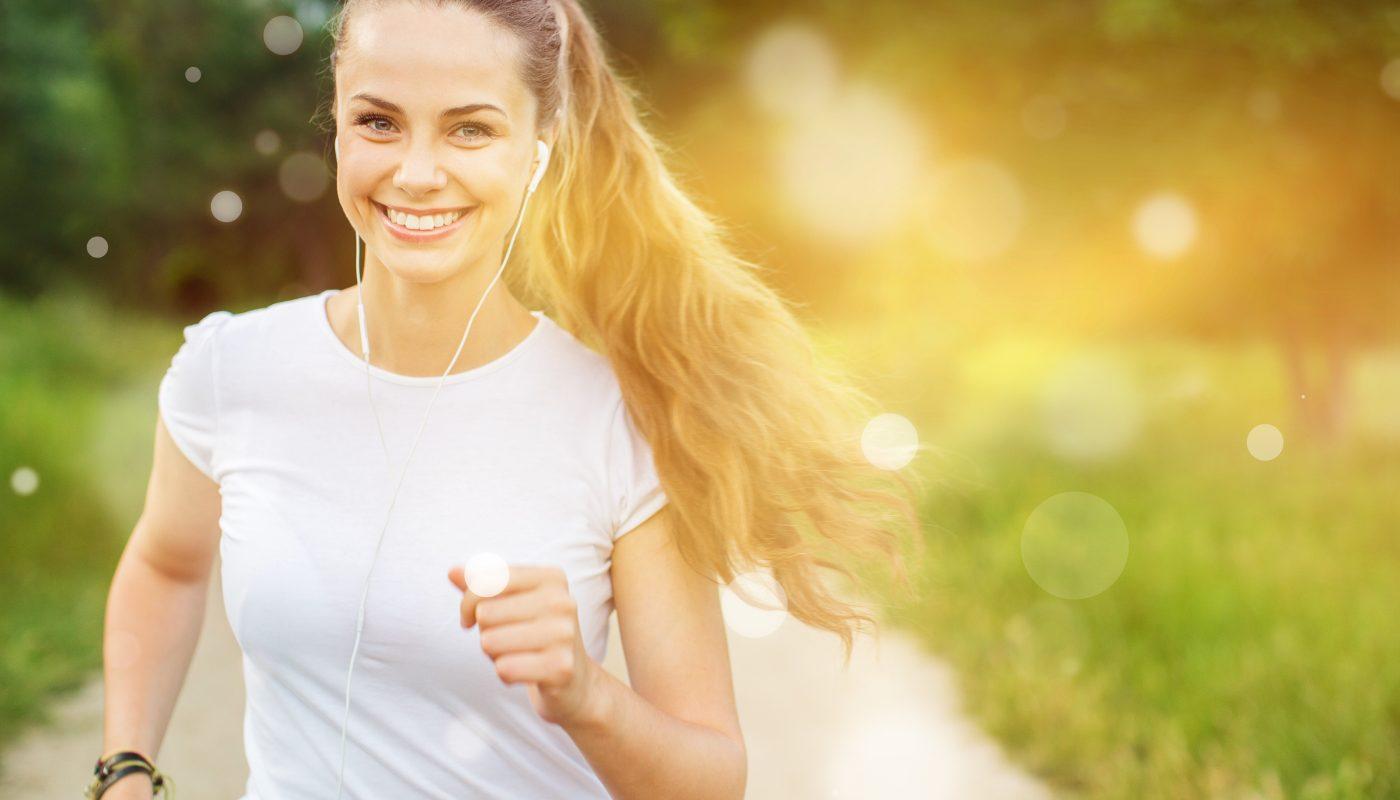 usmiechnieta kobieta biega