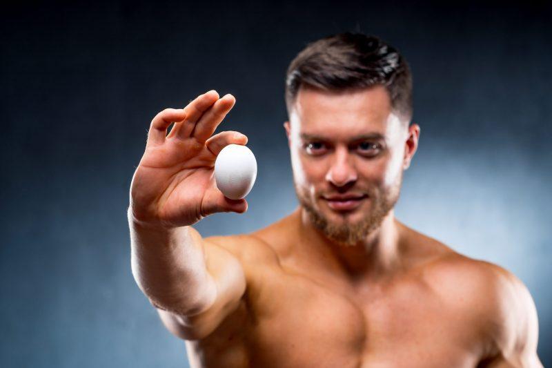 kulturysta trzyma jajko
