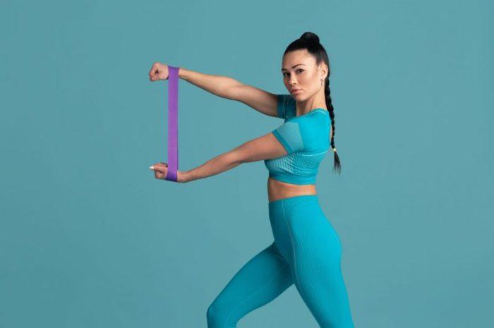 Ćwiczenia z taśmą – 28 najlepszych ćwiczeń z gumą
