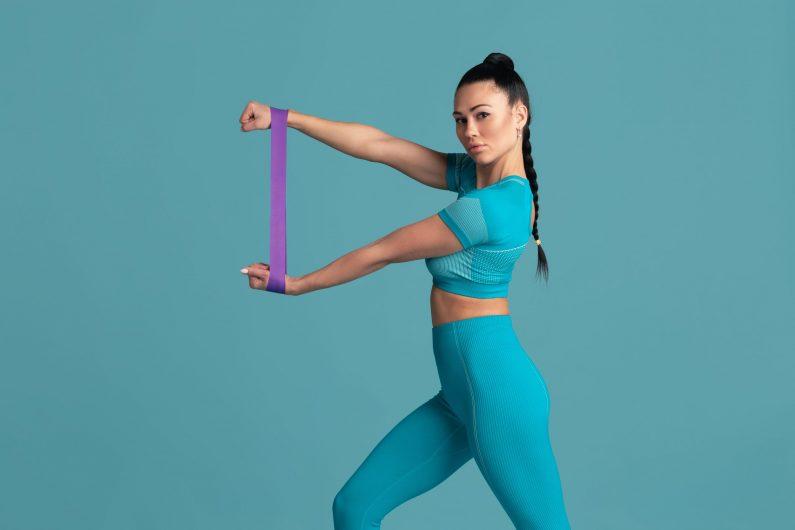 trening ramion z guma