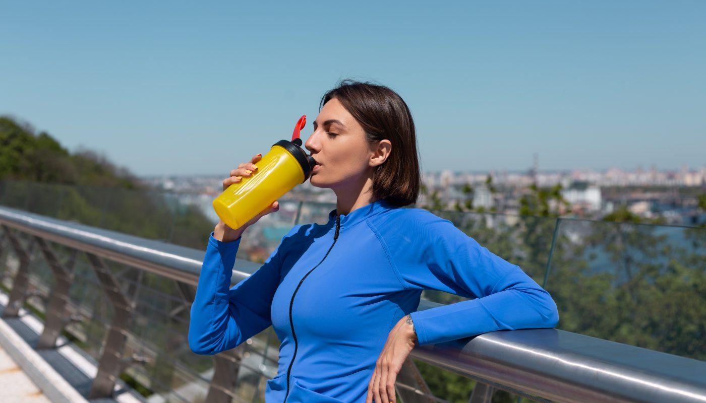 kobieta pije shake proteinowy