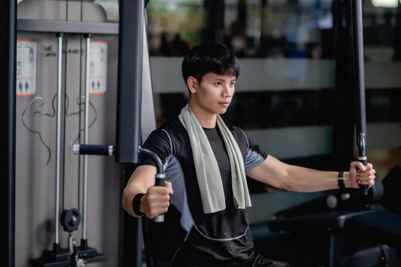 cwiczenie na srodek klatki piersiowej na maszynie