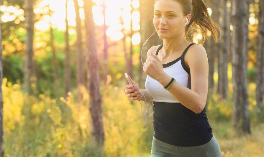 kobieta biega po lesie